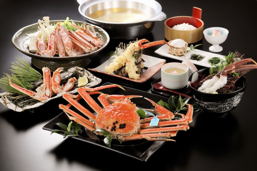 休暇村能登千里浜の加能ガニ会席。すべて加能ガニを使って茹でガニ、カニ刺し、カニすきなどカニ料理が堪能できる