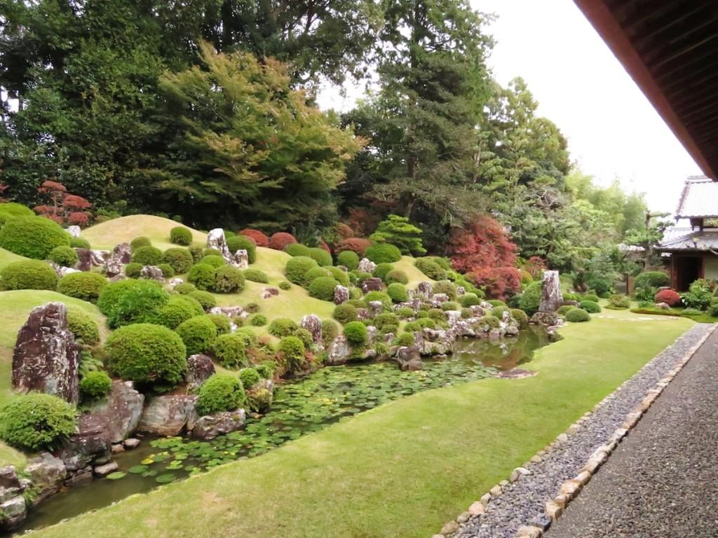 本堂の裏手に広がる庭園は小堀遠州の作と伝えられている