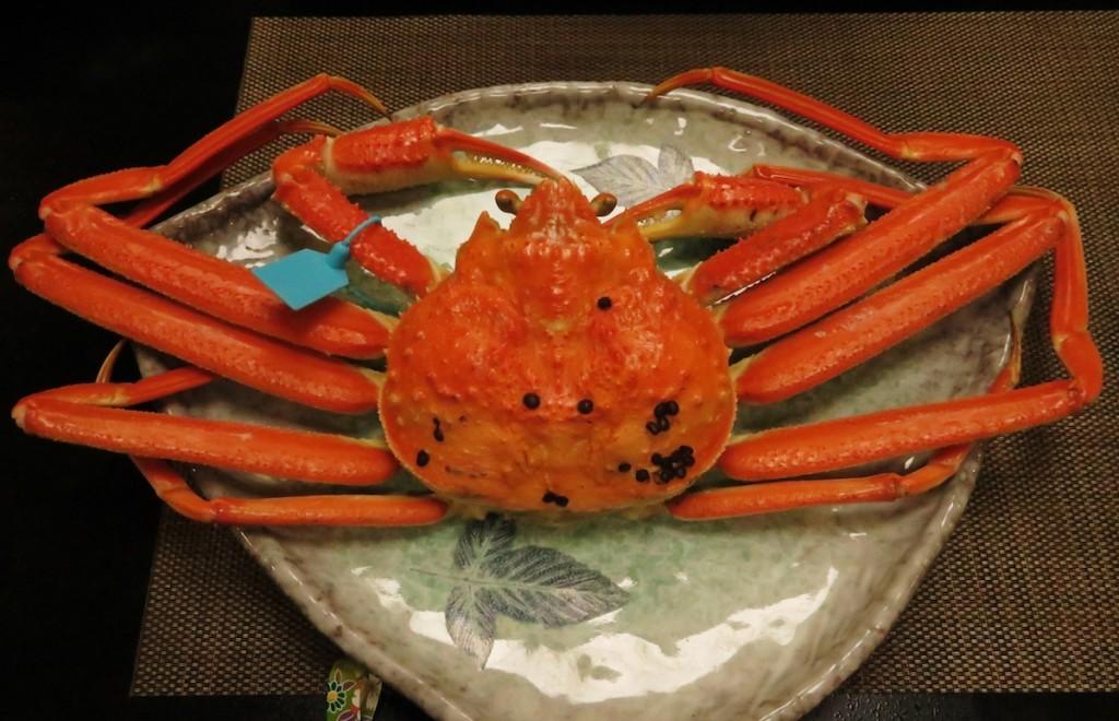"""日本海の冬の味覚の王者、ズワイガニ。金沢周辺 では""""加能ガニ""""と呼び、青いタグがブランドを 表示"""