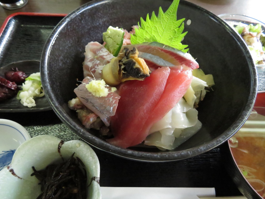 勝山漁協直営のお食事処なぶらの人気メニュー のひとつ、なぶら海鮮丼