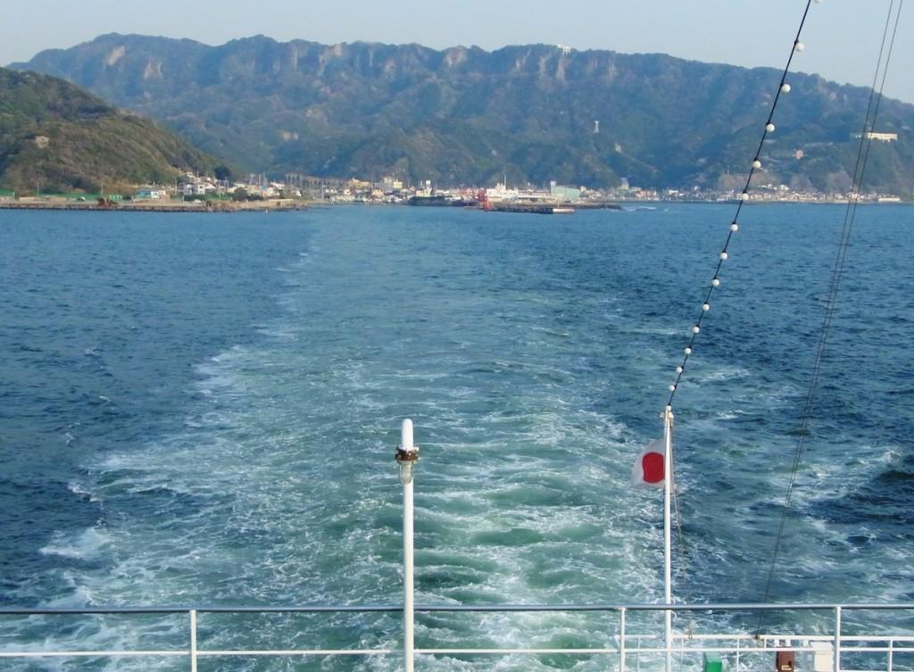 東京湾フェリーの船上から見た鋸山。山頂が鋸 の刃のようにぎざぎざした形に見える