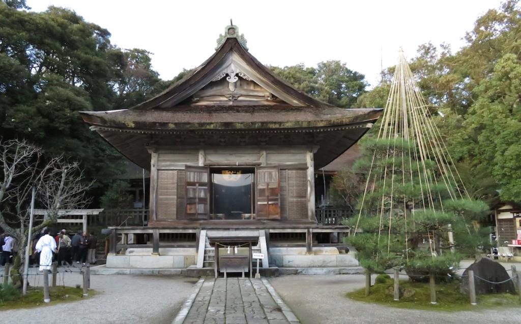 初詣には例年多くのひとが訪れる能登の一宮、氣多大社。国の重要文化財に指定されている拝殿。この後ろに1万坪の入らずの森が広がる