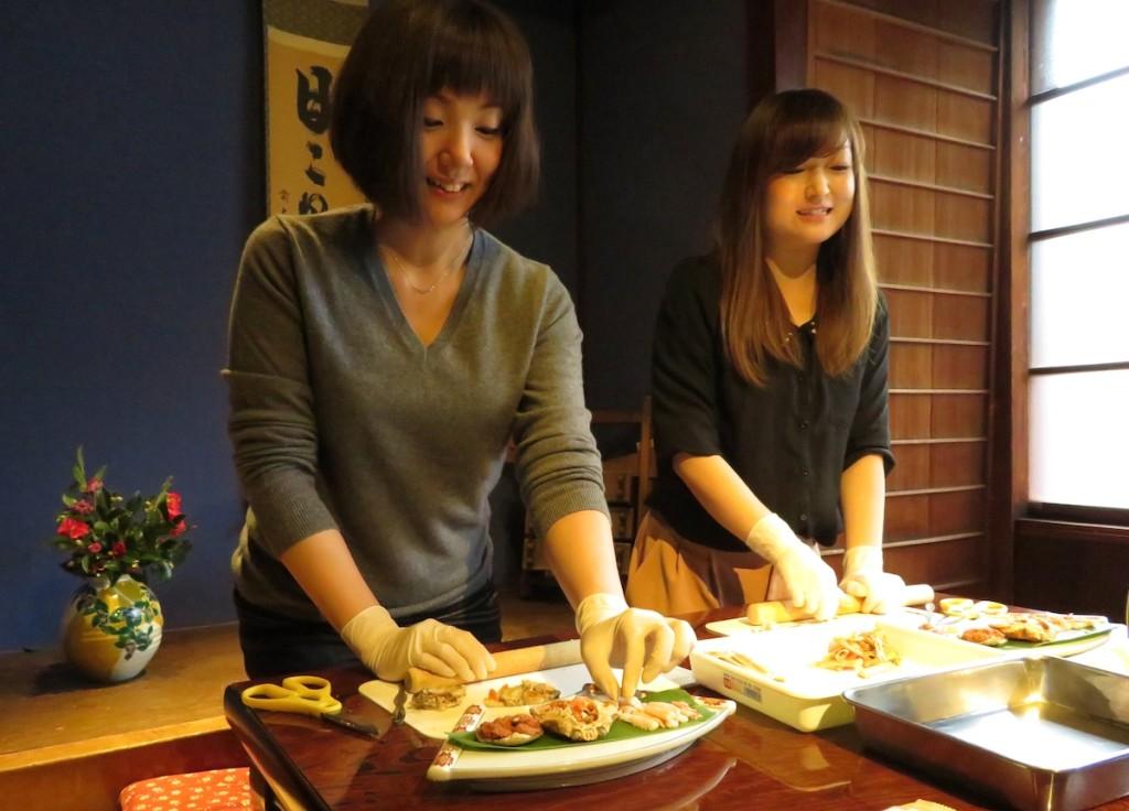 金沢市内のひがし茶屋街にある金澤寿しでは3月末日まで、香箱ガニを使ったカニ面寿し作りの体験ができる