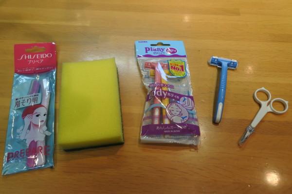 左から顔そり用のカミソリ、食器洗い用スポンジ、T字カミソリ、眉きりハサミ。これらを試してみました