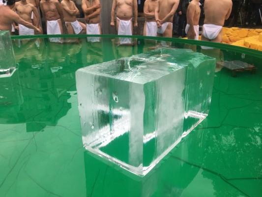 ▲「禊」が行われるプールの中には75kgの巨大な氷が!