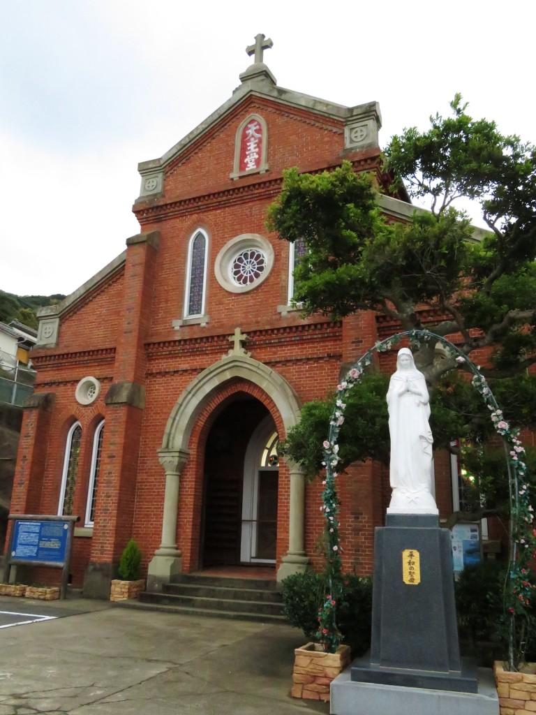 信者ひとりひとりがレンガを肩に背負って運び、明治43年に完成した青砂ヶ浦天主堂