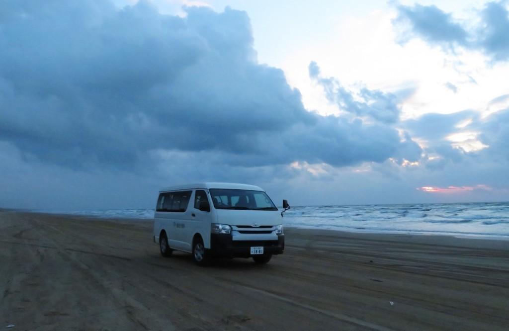 波打ち際まで車で走れる千里浜なぎさドライブウェイ。トリップアドバイザーの国内ベストビーチで昨年、1位に選ばれた