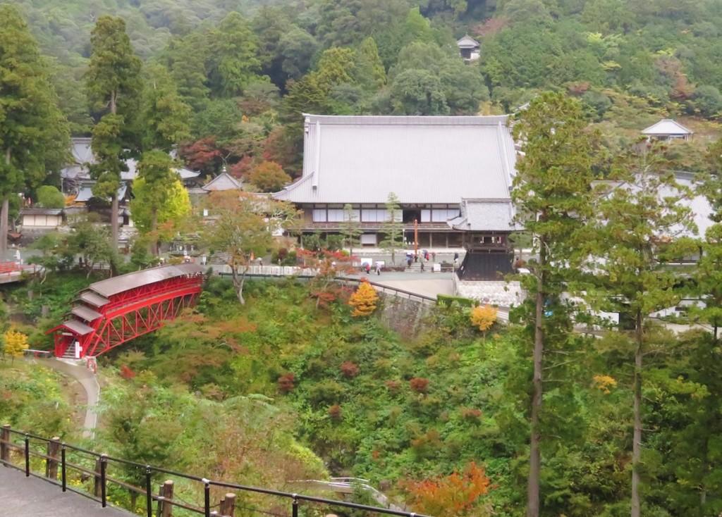谷を挟んで大きな伽藍が山中に立つ方広寺