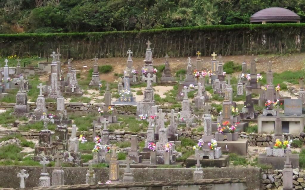 上五島町には現在も多くのキリスト教信者が暮らし、島内のあちこちに十字架をたてた墓が見られる
