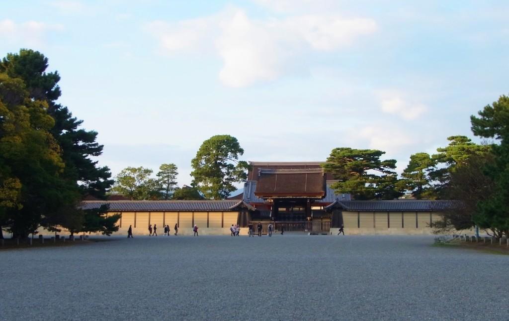 砂利が敷かれた京都御所内に立つ京都御苑。大政奉還後、遷都に伴い天皇は東京へ移られた