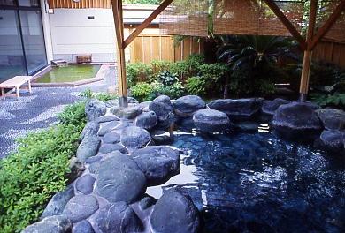 豊かに湧く温泉がたっぷり楽しめる町営の入浴施設、銀の湯会館の露天風呂