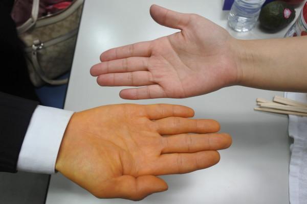 みかんを食べて続けている中野さんの手は黄色いんです!
