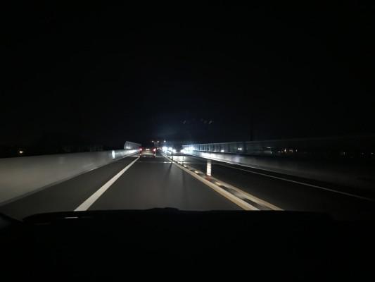 こちらが今回開通した圏央道の夜の様子。暗いですね・・・。