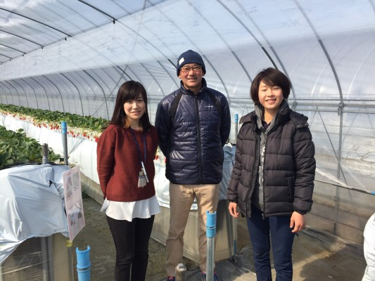 ▲早川さん(真ん中)と娘の咲子さん(右)
