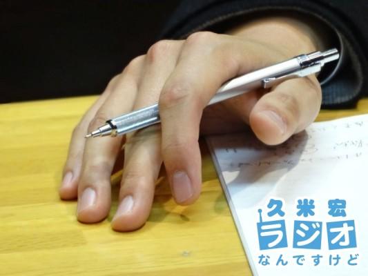 右手にペン