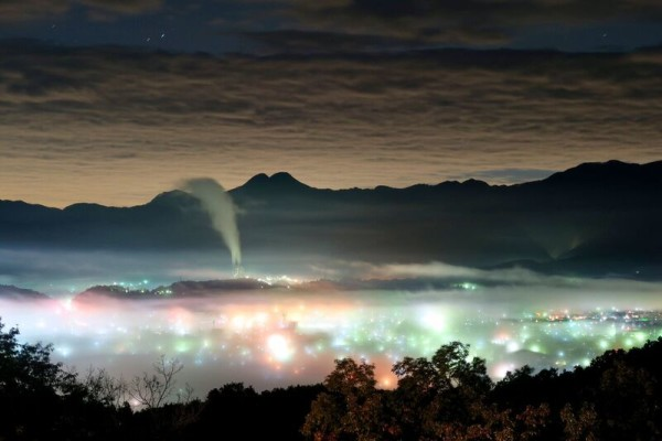 夜景で虹色に輝く秩父の雲海