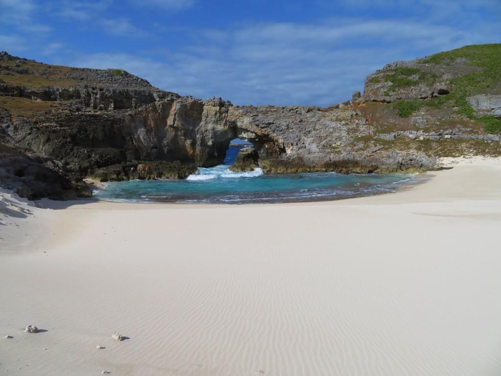 全島が石灰岩でできた南島。国立公園特別保護地区に指定され、貴重な動植物と美しいビーチとの出合いが人気を呼んでいる