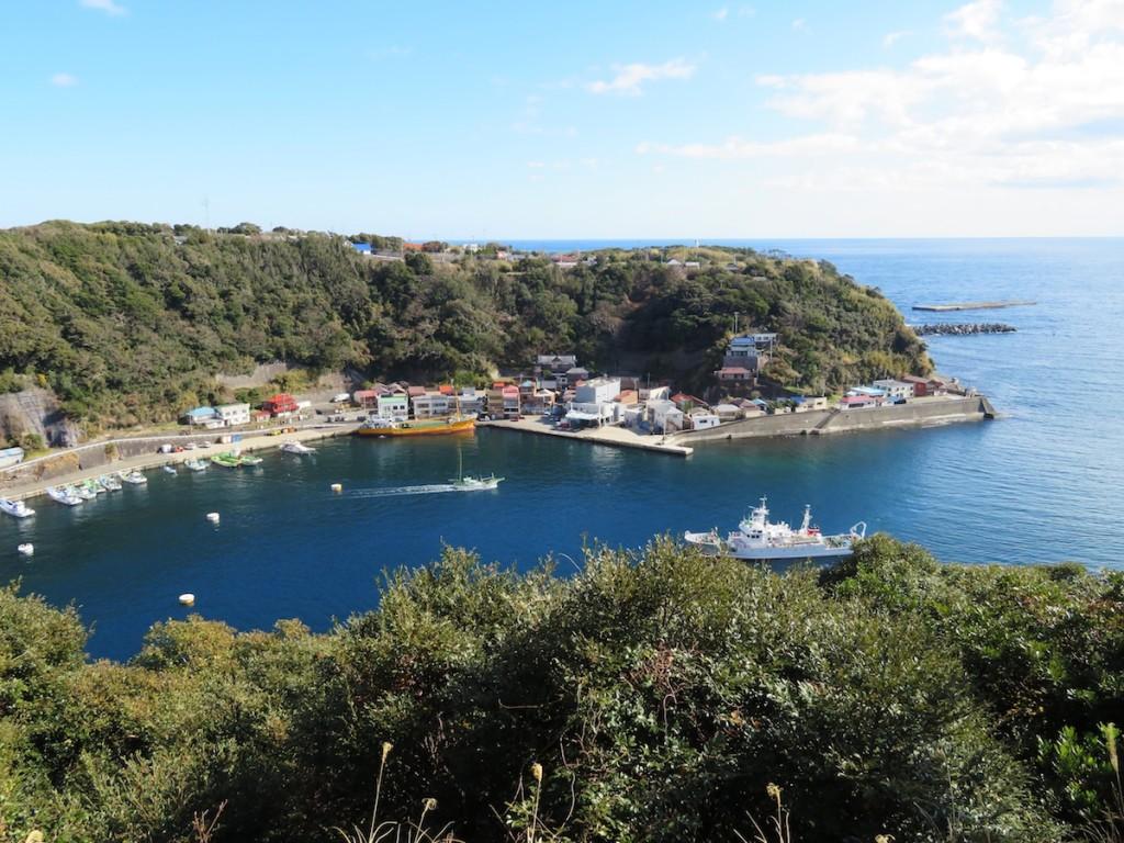 出船と入船が行き交う波浮の港は今も旅情にあふれている