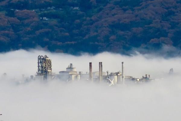 秩父の雲海から覗く工場