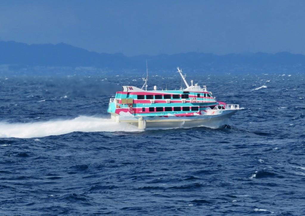 東京と大島の間を1時間45分で結ぶ東海汽船の高速ジェット船。まつり期間中は料金が割り引かれる特典がある