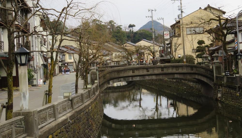 温泉街を流れる大谿川に沿ってこぢんまりした宿が立ち並ぶ城崎温泉