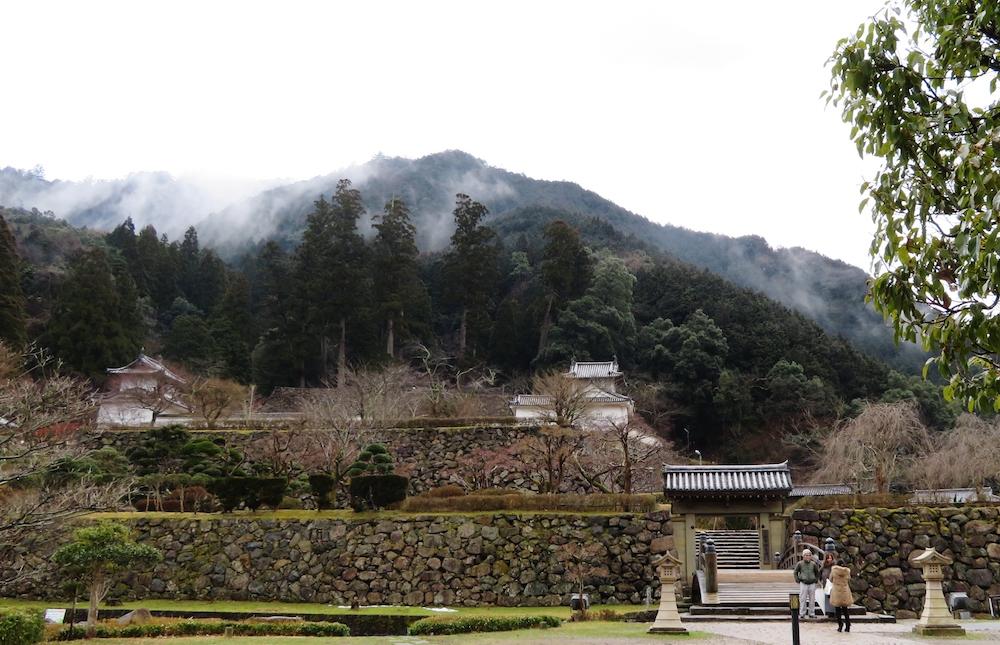 """""""但馬の小京都""""と呼ばれる出石の町のシンボル出石城の石垣と櫓。櫓と手前の登城橋は町の人々の寄付によって再建された"""