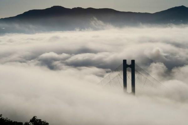 雲海に浮かぶ秩父公園橋