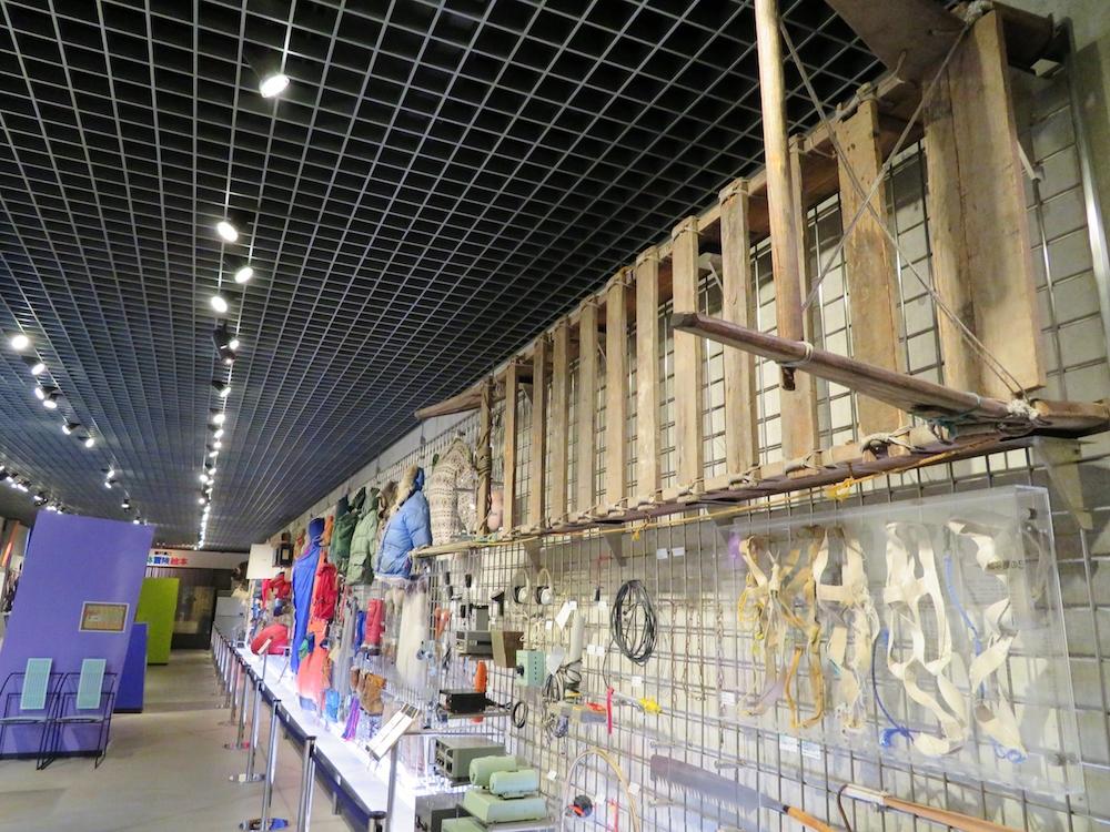 世界の冒険家植村直己のエベレスト遠征や北極点犬ぞり単独行などの装備品、遺品などを展示している植村直己冒険館