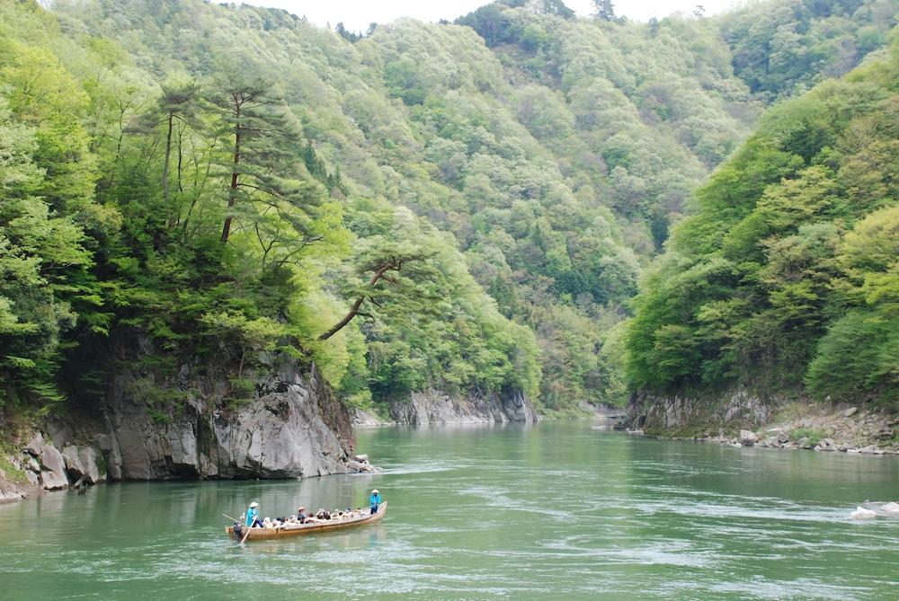 「天龍峡十勝」やこれからの季節は緑が萌える峡谷を眺めながら下る飯田市の天竜ライン下り
