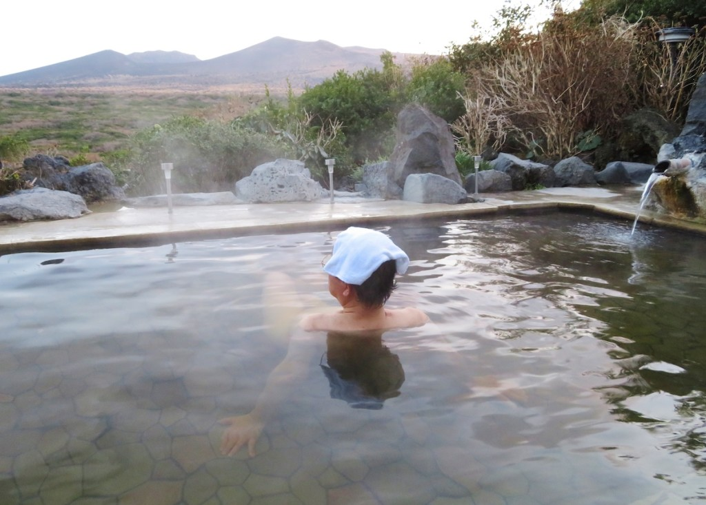 三原山を正面に雄大な風景を眺めながら入る大島温泉ホテルの露天風呂