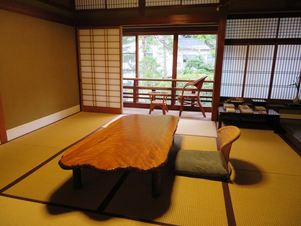 文豪志賀直哉は城崎温泉で滞在した時のことを後にまとめて「城の崎にて」を発表。ゆかりの宿、三木屋にはその後に宿泊した部屋がある