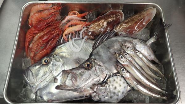 ▲「深海汁」に入っている調理前の深海生物