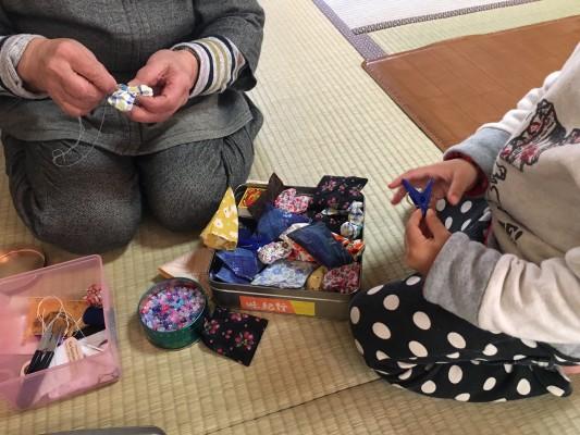 絹子さんと子供との共同作業