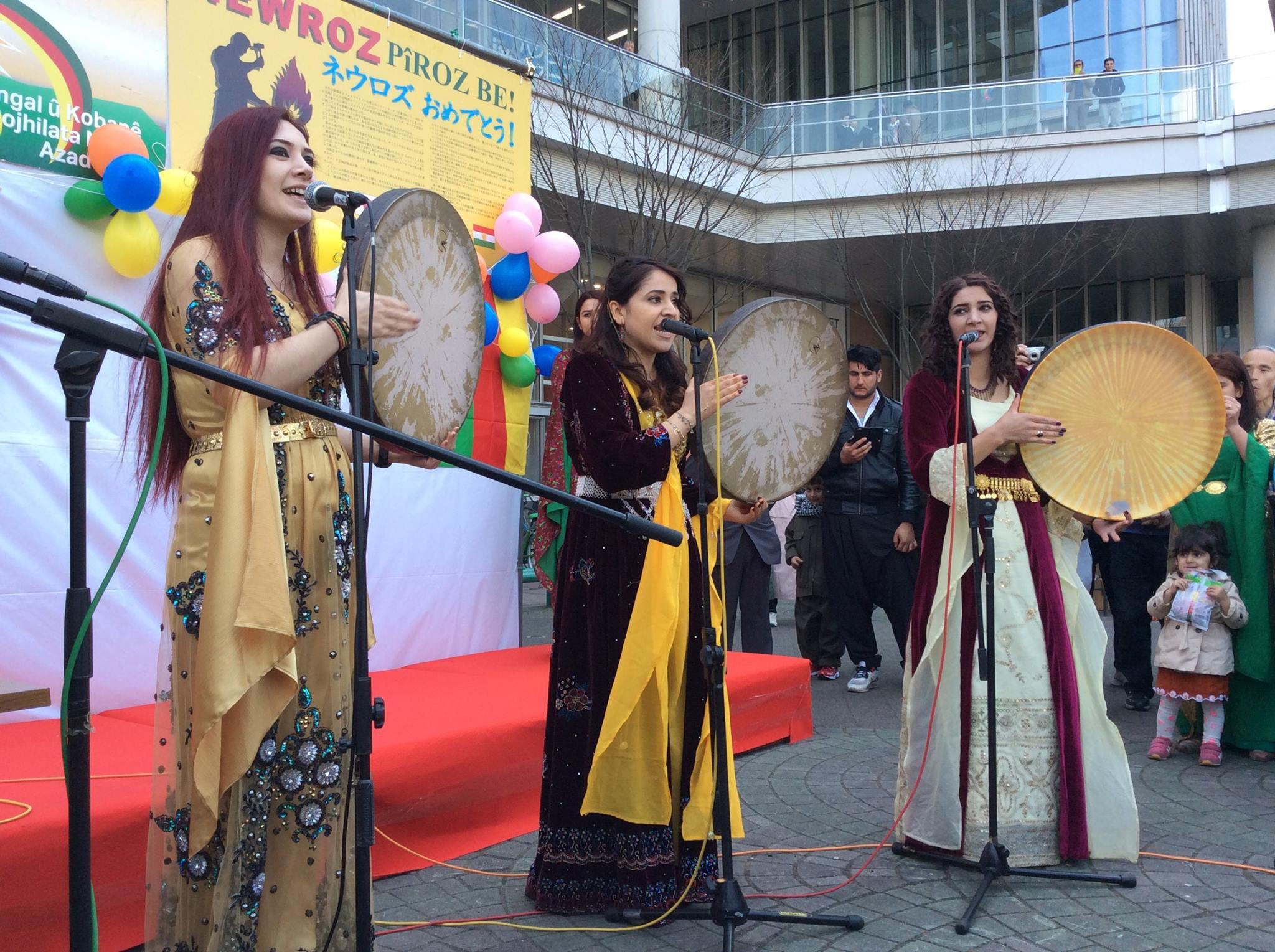 クルド民族の衣装を着た女性たち