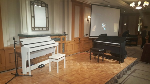 ▲発表会会場にはすでに2台のピアノが……