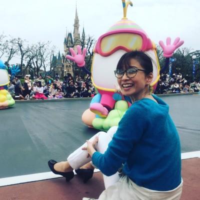 パレードを見ているうちに、楽しくなってきちゃった小倉さん。