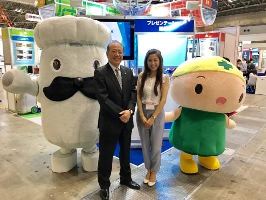 ▲代表取締役社長 長谷川健司さん、ドカンさん、セイコちゃんと