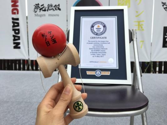 ▲ギネス世界記録挑戦への参加者には記念品けん玉が!