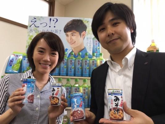 濱口さんと。缶の形状は実は新設計で、具が出やすいようになっています。