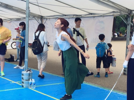 ▲台湾ライチの種飛ばし大会に挑戦!・・・するが?