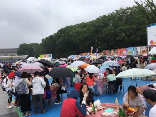 ▲「台湾フェスティバル」今朝の様子。どんなに大雨でも人の流れは途絶えませんでした。