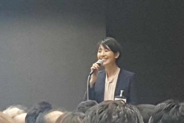 ▲インストラクターは真似したい笑顔、三越伊勢丹ヒューマンソリューションズの安藤友紀さん