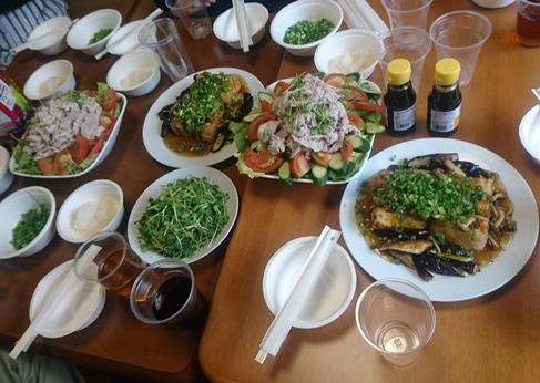 食事会では、寮生お手製の料理を囲んで語り合います。