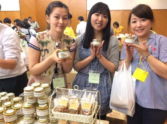 ▲キルギスの留学生も販売をお手伝い(左)真ん中はキルギスに現在お住まいの日本女性