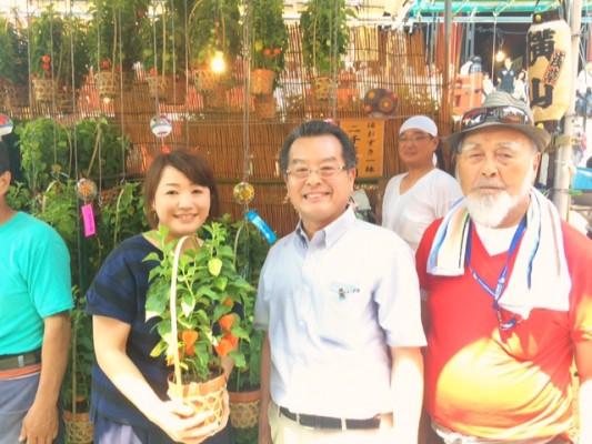 ▲鈴木さんの作ったほおずきを長年販売しているお店・横山さんの店先で。
