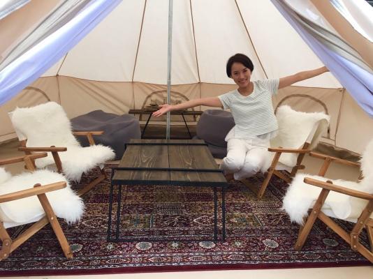 テントの中に入ると豪華な家具や雑貨があります。