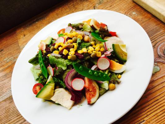 ▲10種野菜とチキン・いちじくのパワーサラダ