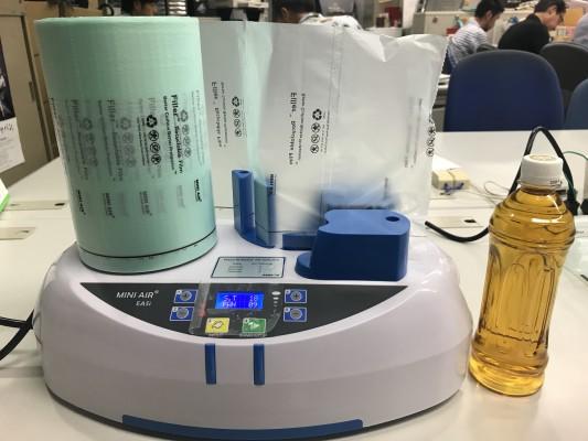 エアー緩衝剤製造機ライト。となりは500mlのペットボトルです。
