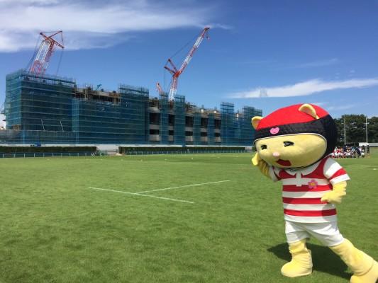 ▲熊谷市のラガーニャンと改装中のラグビー場