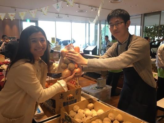 ▲生産者の方からお話を伺いながら北海道の農畜産物をお買い物♪野菜詰め放題のサービスもあります。